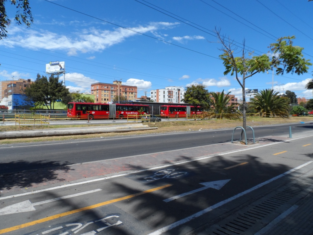 We take a right onto the frontage road and head north. Here are some of the TransMilenio buses which is one of our main sources of transportation